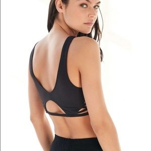 UO WITHOUT WALLS Strappy v neck sports bra yoga